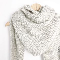 Maxi écharpe triangulaire au tricot, DIY par Alice Gerfault We think that tattooing can be a method that's been used … Diy Knitting Scarf, Free Knitting, Knitting Patterns, Crochet Patterns, Beginner Knitting, Scarf Patterns, Drops Baby, Cardigan, Minecraft Pixel Art