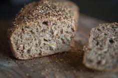 Kitchenette — Celozrnný chléb bez hnětení Baking Recipes, Vegan Recipes, Dessert Recipes, Desserts, Ober Und Unterhitze, Banana Bread, Food Photography, Brunch, Breakfast