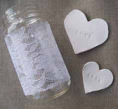 Wir zeigen euch die Anleitung für zwei tolle Hochzeitsdeko DIY Projekte: ein Windlicht mit Spitze und Deko Herzen für romantische Tischdeko!
