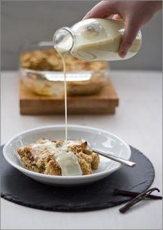 Frühstück deluxe: Brotpudding aus dem Ofen mit warmer Vanillesauce
