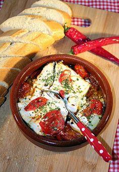 Met deze warme tomaten-feta-salade wanen wij ons weer even op zonnige Griekse taverna's! Ga voor het recept naar de bron van de foto.