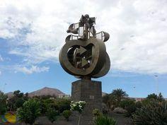 Escultura homenaje a José Ramírez Cerdá.  Diseño de César Manrique para homenajear a José Ramírez Cerdá, presidente del Cabildo de Lanzarote entre 1960 - 1974. Escultura de la serie Juguetes de Viento. Ubicada en el Aeropuerto de Lanzarote.