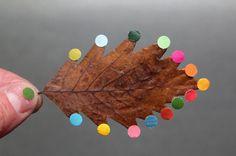 Atelier / Déco d'Automne : des gommettes rondes au bout des feuilles mortes... C'est joli !