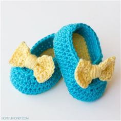 Easily created for little feet ages newborn to six months, the Lemon Drop Crochet Baby Booties are a summery cute way to keep little feet safe. Complete with a precious bow, this free crochet pattern for baby booties is too cute to pass us. Crochet Gratis, Cute Crochet, Crochet For Kids, Crotchet, Booties Crochet, Crochet Sandals, Crochet Slippers, Crochet Baby Clothes, Crochet Baby Shoes