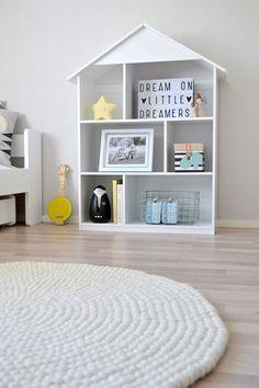 Tämä kaunis lastenhuone löytyy @nellienoor in kodista, Mistä on pienet pojat tehty-blogista. Valkoinen Shirisha-huopapallomatto tuli osaksi vaalean skandinaavista sisustusta. Kaunis, valoisa ja harkittu kokonaisuus – ja samalla hauska ja lapsenomainen. #lastenhuone #kidsroom #feltballrug Tuli, Scandinavian Modern, Room Decorations, Baby Room Decor, Kids Room, Nursery, Colours, Home Decor, Nursery Decor