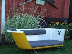 Pour le jardin, ce canapé est réalisé à partir d'une baignoire en fonte