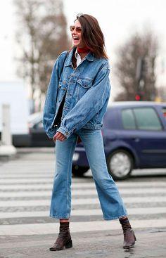 Look total jeans com calça cropped flare e botas