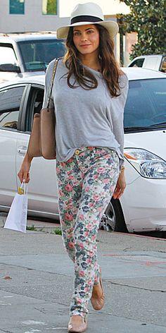 JENNA DEWAN    Los pantalones estampados también van a la perfección con un look casual. Para una tarde de domingo, acompáñalos con un top holgado, zapatillas tipo ballerina y un sombrero, y lucirás tan chic como la actriz.