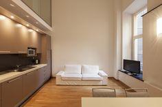 Een houten keukenvloer is gevoelig voor vocht als er iets gemorst wordt. Met een transparante vloerverf kunt u een vloeistofdicht oppervlak creëren en behoudt u de natuurlijke look van het hout.
