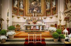 Sencilla decoración de la Iglesia con cestos, paniculata y velas · Flores y decoración de Mar de Flores
