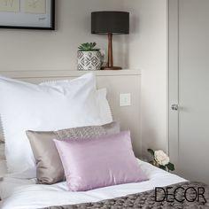 Em cores suaves, a composição do dormitório combina elegância e delicadeza
