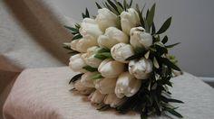 λευκέςς τουλίπες με φύλλωμα ελιάς.Δεξίωση | Στολισμός Γάμου | Στολισμός Εκκλησίας | Διακόσμηση Βάπτισης | Στολισμός Βάπτισης | Γάμος σε Νησί - στην Παραλία.