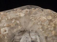 Detail bovenzijde poffer van Anna van der Hagen. Er zit een netje overheen van nylon tule, omdat er geen dunne zijden tule meer te krijgen was.
