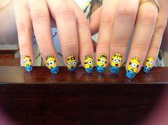 Cómo hacer unas uñas Minion. Te gustaron los Minions de Mi Villano Favorito... esos personajes amarillos que son realmente graciosos?... ahora puedes tener el tuyo en tus uñas. Hacer un dibujo Minion en tus uñas es fácil solo deb...