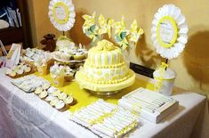 Ideas mesa Primera Comunión para niñas Party Table Decorations, Baby Shower Decorations, Baby Showers, First Communion Cakes, Yellow Table, Bird Party, Birthday Parties, Birthday Cake, Birthday Candles