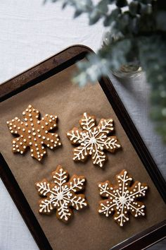 gingerbread cookies Gingerbread Snowflakes by Pickles amp; Honey Country Livings Best Gingerbread Cookies to Spice up Your Christmas Dessert Spread By Samantha Brodsky and Jennifer Aldrich August 2019 Christmas Mood, Noel Christmas, Christmas Desserts, Christmas Treats, Holiday Treats, Christmas Decorations, Christmas Snowflakes, Holiday Recipes, Snowflake Cookies