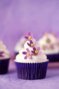 Cupcakes de violeta y chocolate blanco y el porqué todo el mundo desaparece cuando salgo de la cocina...
