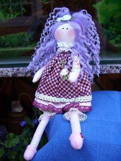 Nininha, tbm todinha feita à mão e cabelos com lã de feltragem.