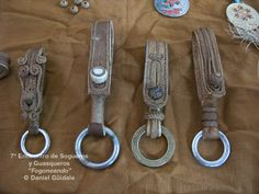 "#ElCuartoDeLasSogas | Conjunto de sideras, Martín Galeano | Caballos y sogas: 7º Encuentro de Sogueros y Guasqueros, ""Fogoneando"" Gaucho, Horse Gear, Equestrian Outfits, Leather Projects, Leather Keychain, Key Fobs, Leather Working, Leather Craft, Parkour"
