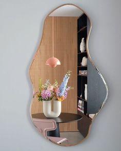 Summer flower decor ideas // pink light // black table // artsy mirror design Room Ideas Bedroom, Bedroom Decor, Design Bedroom, Bedroom Inspo, Entryway Decor, Dream Apartment, Retro Apartment, Colorful Apartment, Aesthetic Room Decor