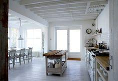 cuisine blanche et bois en style campagne avec îlot
