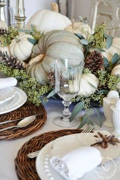 After you plan your Thanksgiving Menu, maybe it's time to start considering table decorations. Beautiful turkeys look better besides some sweet Thanksgiving centerpieces. Fall Home Decor, Autumn Home, Blue Fall Decor, Elegant Fall Decor, Diy Autumn, Table Decoration Wedding, Fall Table Decorations, Table Wedding, Fall Table Centerpieces