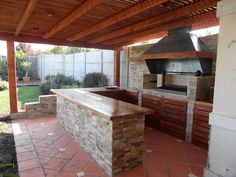 Outdoor kitchen bar ideas are usually made to blend with nature. Either in stone or wooden structure, it makes cozy place to cook and eat outdoor together. Outdoor Cooking Area, Outdoor Kitchen Bars, Kitchen Grill, Patio Kitchen, Backyard Retreat, Fire Pit Backyard, Parrilla Exterior, Bbq Area, Covered Pergola