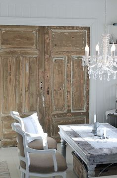 Mias Interiør. Love the chandelier