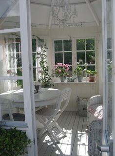Shabby Chic Outdoor Ideas – Shabby Chic Now Cozy Cottage, Shabby Cottage, Cottage Style, White Cottage, Outdoor Rooms, Outdoor Living, Outdoor Decor, Shabby Chic Style, Shabby Chic Decor