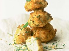 Découvrez la recette Accras de poulet à la noix de coco sur cuisineactuelle.fr.