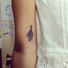 Artist: Hiasmyn L.  Tatuagem feminina: ramo de alecrim, bruxaria, bruxa.   Female tattoo: rosemary branch, witchcraft, witch.