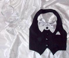 Se seu amigo pet precisa de uma roupa de gala para ocasiões especiais, você acabou de encontrar! <br>Confeccionado em tecidos de alfaiataria com todo amor, e sob medida para ele! <br>Fazemos também em preto/branco(sem as listras), ou todo branco, e a gravata pode ser feita na cor que você preferir! <br>Não esqueça de informar o tamanho que ele veste, meça-o e veja em nossa tabela(última foto), o tamanho melhor para ele! <br>Valores & Tamanhos: <br>XXP: R$ 25,00 <br>XP: R$ 33,00 <br>P:R$…