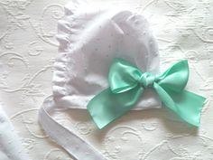 Touca plumeti com fita de cetim menta - Plumeti cap with mint satin ribbon  Follow us on instagram:  https://www.instagram.com/bcottonyforchildren/