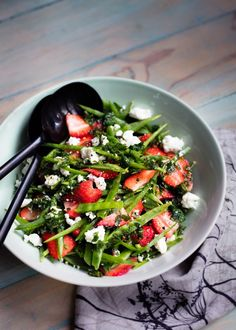 This quick and easy salad looks so pretty with the vibrant colours of the strawberries and snow peas. It also tastes amazing. I did experiment with blanching the snow peas, I prefer them natural … Veggie Recipes, Salad Recipes, Healthy Recipes, Vegetable Sides, Vegetable Salad, Pumpkin And Feta Salad, Smoked Chicken Salad, Suddenly Salad, Mint Salad