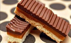 Homemade Twix Bars I need this! Have been obsessed with Twix! Köstliche Desserts, Delicious Desserts, Dessert Recipes, Yummy Food, Recipes Dinner, Dinner Ideas, Homemade Twix Bars, Yummy Treats, Sweet Treats