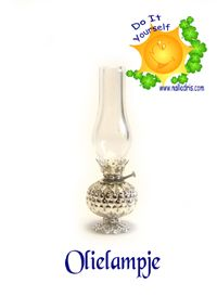how to: miniature hurricane lamp Dollhouse Tutorials, Diy Dollhouse, Dollhouse Miniatures, How To Make Beads, Beads Making, Hurricane Lamps, Paint Effects, Dollhouse Accessories, Tree Lighting
