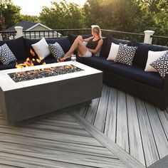 Building A Deck 400398223119976611 - Rectangle Fire Table Source by adelinecalosci Concrete Patios, Concrete Fire Pits, Ideas Terraza, Fire Pit Furniture, Backyard Patio Designs, Backyard Ideas, Pergola Ideas, Patio Ideas, Fire Pit Backyard