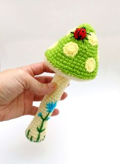 horgolt gomba csörgő zöld és sárga színben, katicabogárral és virággal / crochet mushroom rattle in green and yellow colors, with ladybug and flower #horgolt #crochet #csörgő #rattle #gomba #mushroom