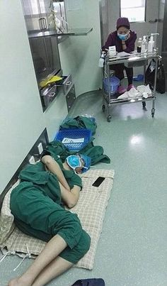 Being a doctor is not only a hard job but an exhausting one too. Surgeon Luo Heng performed 5 operations over a total of 28 hours. Nursing School Tips, Medical School, Medical Wallpaper, Medical Photography, Nurse Art, Medicine Student, School Motivation, Med School, Medical Students