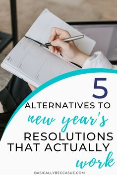Here are some new year goal ideas that you can actually accomplish this year. Ditch the dreaded new years resolutions and set goals that actually work Girl College Dorms, College Club, College School, School Tips, College Packing Tips, College Hacks, New Year Goals, Top Colleges, College Dorm Decorations