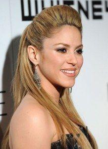 Shakira con el cabello liso y un pronunciado tupé #peinados #tupé #estilo
