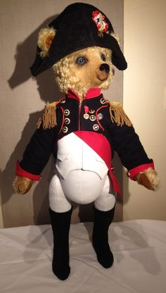 Napoleon Bonaparte made by Nicole Woodward (www.pic-nic-bears.com) Look at all the details of Napoleon's clothing! Really marvellous! Napoleon, Canada Goose Jackets, Bears, Winter Jackets, Running, Clothing, Fashion, Winter Coats, Racing