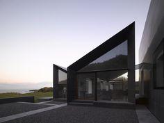 Construido por Níall McLaughlin Architects en Cork, Ireland con fecha 2009. Imagenes por Nick Kane. Encargo. La casa existente había sufrido el abuso del clima local y desarrollo al azar durante un período de años com...