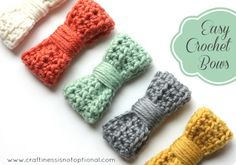 ちょこっと余った毛糸で可愛いリボン飾りが作れます。ヘアゴムやピンなどに♪  作り方: 1.かぎ針で鎖編みを25目編む。 2.中長編みで1段目を編み、2段目、3段目とお好みのリボンの太さになるまで編む。 3.中心へ向かって折り曲げ、接着剤でとめる。 4.残りの毛糸をリボンの中心へぐるぐると巻きつける。