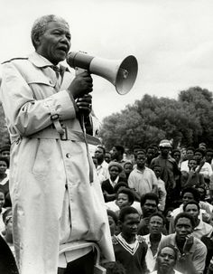 Il y a 96 ans naissait Nelson Mandela. Prix Nobel de la paix, l'ancien président sud-africain est devenu un héros national et a réussi, par sa lutte acharnée, à libérer son pays de la ségrégation raciale. Portrait de cette icône de la réconciliation. http://www.elle.fr/Societe/L-actu-en-images/Nelson-Mandela-une-vie-de-combats