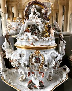 Lets travel back in time. Look at the most stunningly elaborate tureen the Meissen manufactory ever produced; the so called… Back In Time, Fine Porcelain, Halloween Makeup, Candlesticks, Centerpieces, China, Ceramics, Antiques, Travel