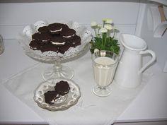 """Oreo - sušienky mliekom milované V sobotu som našla na internete recept na Oreo sušienky. Hneď večer som ho vyskúšala a odvtedy som sušienky piekla už trikrát. Sú výborné a len sa tak po nich zapráši.  Zároveň opäť pridávam recept do súťaže s heslom """"VRAŽ DO TOHO KOPU LÁSKY"""", ktorú vyhlásila Lenka na svojom blogu: http://lenkavcelka.blogspot.com/2012/02/soutez-vraz-do-toho-kopu-lasky.html           Recept  Cesto:  300 g hladkej múky 180 g tuku (Palmarin) 100 g práškového cukru 1 celé vajce…"""