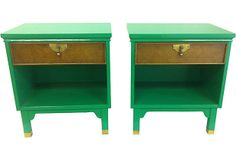 Love the contrasting green lacquer and burled wood drawers on these nightstands