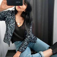 O casaco de paetês é super versátil. Combine com camiseta preta e calça jeans para um look super despojado.