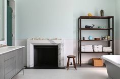 Jak praktycznie urządzić łazienkę, by jej wyposażenie było… #bathroom #neutral #simple  https://www.homify.pl/katalogi-inspiracji/576203/pomysly-na-przechowywanie-ktore-upieksza-twoja-lazienke
